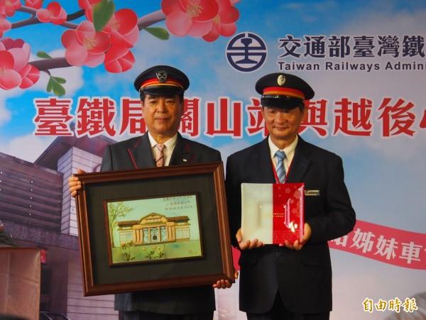 台鐵關山站長羅易華(右)與月後心動鐵道關山站長東條公男(左)相互交換紀念物。(記者王秀亭攝)