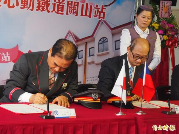 台、日同名的關山站長簽署締結姊妹車站。(記者王秀亭攝)