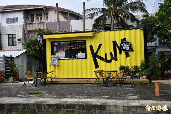 南門城牆附近,出現一座醒目的黃色貨櫃飲料店遭民眾檢舉。(記者蔡宗憲攝)