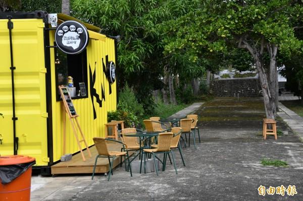 黃色貨櫃飲料店遭民眾檢舉侵佔古蹟通道。(記者蔡宗憲攝)
