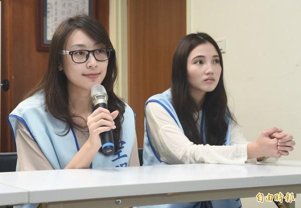 桃園市空服員職業工會與兩位遠航空服員(見圖)10日舉行記者會,譴責遠東航空公司物化女性。(記者廖振輝攝)