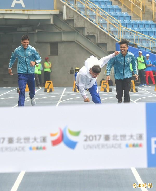 台北市長柯文哲過去視察台北田徑場工程,試跑田徑場跑道時,不慎跌倒。(資料照,記者方賓照攝)