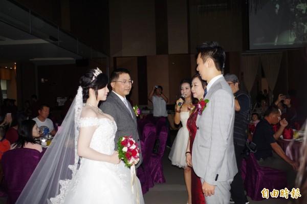 嘉義網紅正妹陳妍均(左)今天辦婚宴脫單,感性拜別父母。(記者王善嬿攝)