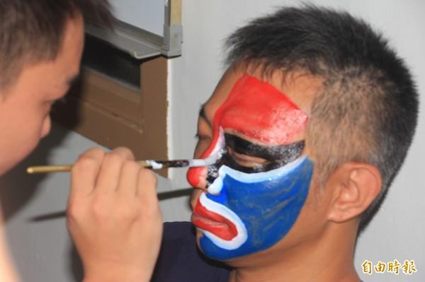 國發會發掘東港七角頭的文化底蘊,推動小旅行,也讓遊客前來體驗家將的畫臉。(記者陳彥廷攝)