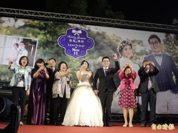 高雄市議員邱俊憲與妻子張傑皓婚宴,市長陳菊、議長康裕成均到場祝賀。(記者王榮祥攝)
