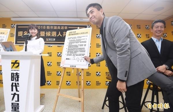時代力量中央黨部8日舉行「2018縣市議員選舉提名辦法暨候選人共同公約」公布記者會,發言人李兆立(前)在會中示範簽署候選人共同公約,另兩位發言人吳崢(右)、林穎孟(左)一同見證。(資料照,記者廖振輝攝)