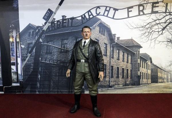 De ARCA藝術雕像博物中,將希特勒的塑像立於奧斯威辛集中營大門的巨幅背景照片前。奧斯威辛集中營是納粹最大的集中營,更有超過110萬人在裡面喪生。(歐新社)