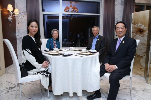 新加坡總理李顯龍伉儷與宋楚瑜父女在APEC期間茶敘。(取自李顯龍臉書)