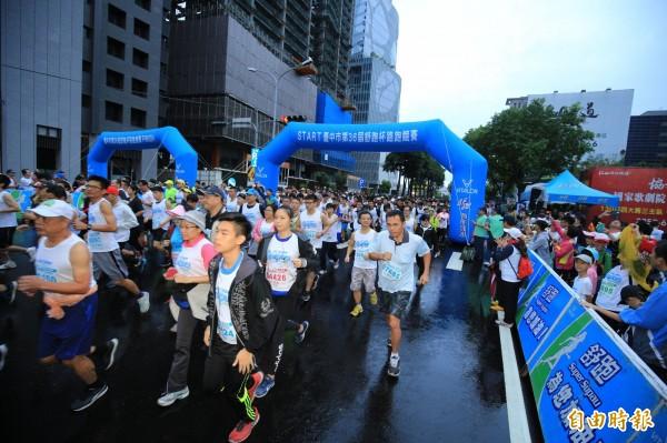 舒跑盃路跑12日登場,3萬名跑者從台中市政府廣場前出發。(記者黃鐘山攝)