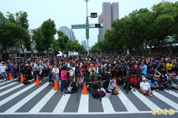高雄封路拍懸日活動,吸引1、2千人。(記者李惠洲攝)