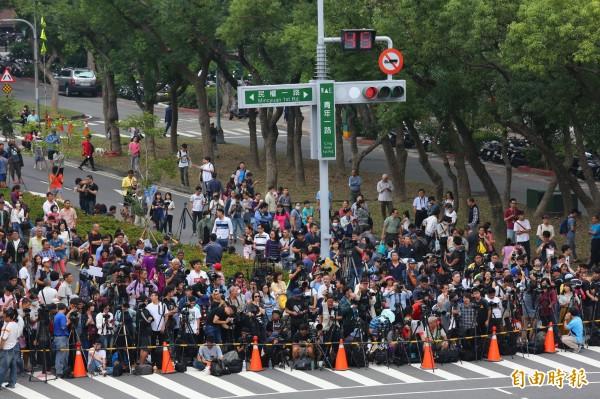 大批攝影同好聚集在青年與民權路口,搶拍懸日奇景。(記者李惠洲攝)