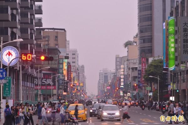 高雄市今天天氣不佳,雲層太厚,看不到青年路底的懸日。(記者李惠洲攝)