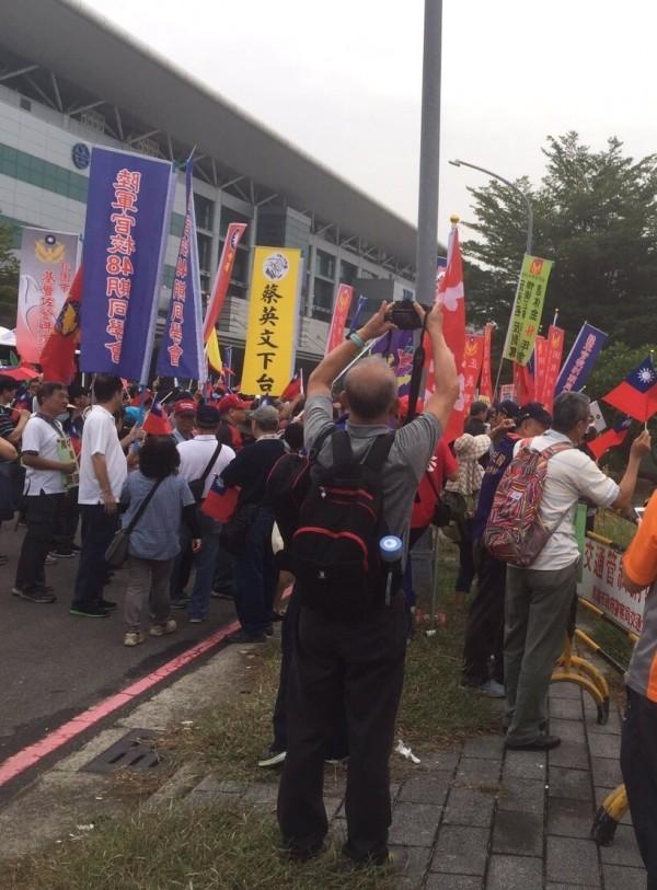 南台灣抗暴聯盟今天拿著「蔡英文下台」、「中華民國忠貞守護聯盟」等旗子,在左營高鐵站集結。(記者葛祐豪翻攝)