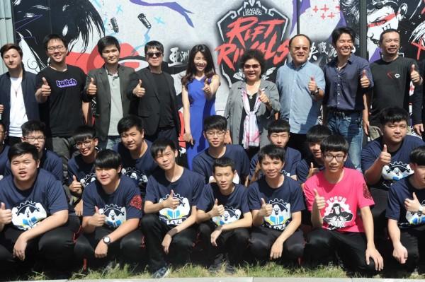 高雄爭取到明年電競世錦賽,圖為陳菊出席在高雄舉辦的英雄聯盟亞洲對抗賽。(高市府提供)