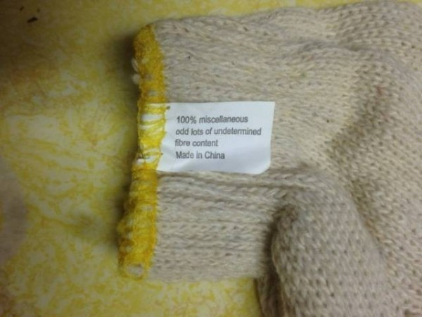 棉質手套洗標上標明「不知含有多少纖維」。(圖擷取自GO SOCIAL)