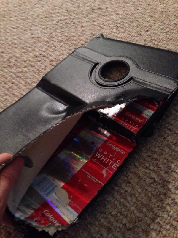 把iPad保護套割開,發現裡面塞的是牙膏包裝盒。(圖擷取自GO SOCIAL)