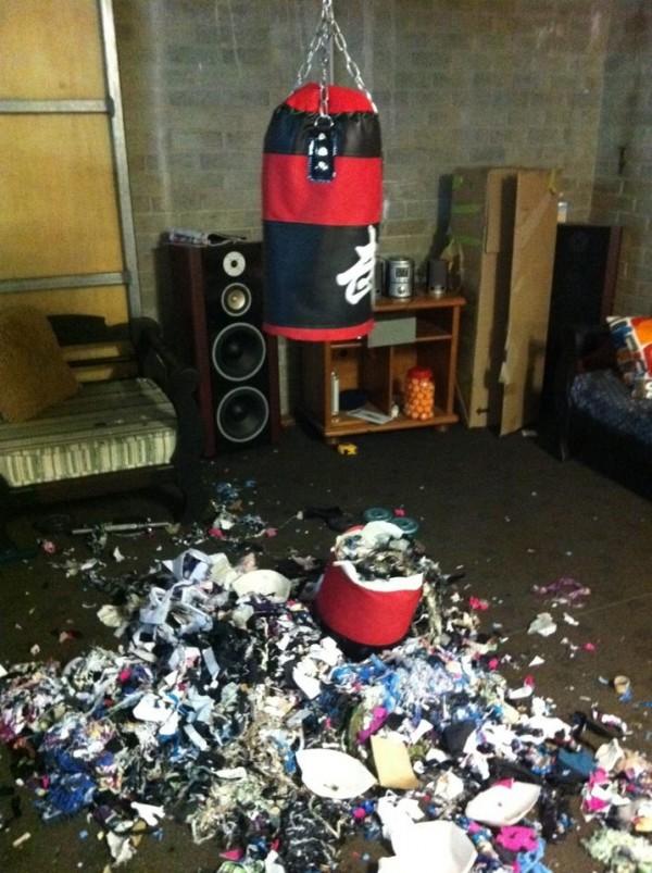 拳擊沙包被打爆後,驚見裡面全是垃圾。(圖擷取自GO SOCIAL)