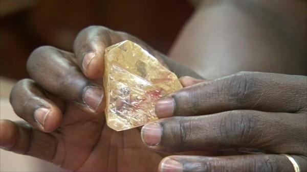 這顆今年3月在獅子山所挖出的709克拉重的鑽石被命名為「和平鑽石」是該國史上第2大顆的鑽石原石。(美聯社)
