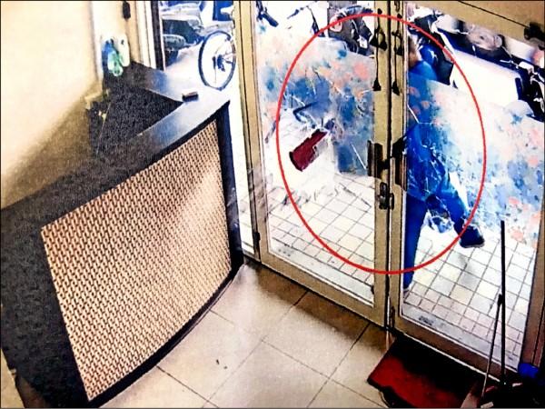 陳男拿滅火器砸毀玻璃門。(記者王冠仁翻攝)