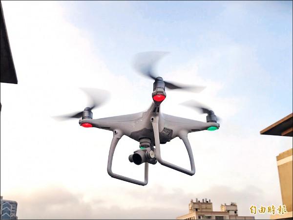 環保局今年和中原大學合作,研發搭載空氣品質監測器的無人飛行機,預計明年3月發表上路。(記者陳昀攝)