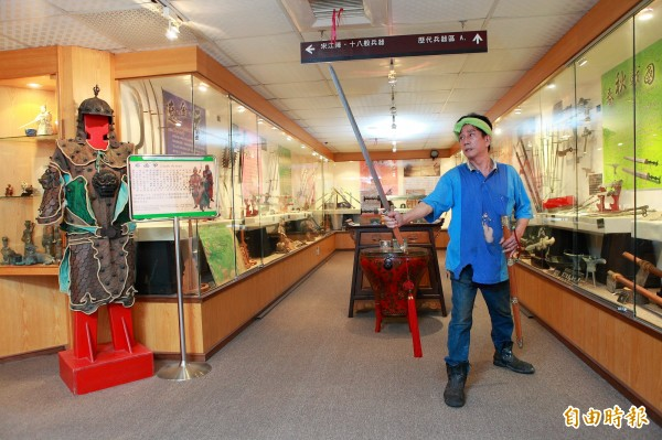 台灣兵器工藝大師郭常喜熱愛收藏刀劍,也苦心鑽研打造失傳的古代寶劍。(記者潘自強攝)