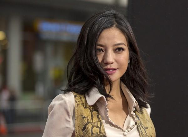 中國知名影星趙薇夫婦日前遭中國證監會開罰。中媒今日指出,趙薇的老公黃有龍,打算向中國證監會提交申辯意見,並要求舉行聽證會。(路透)