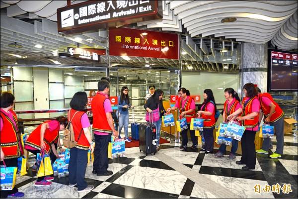 政府推動新南向觀光,明年起航班降落費調降2成。圖為花蓮機場迎接東南亞旅客。(資料照,記者王峻祺攝)