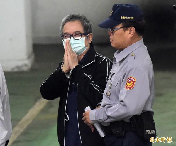 前中影董事長蔡正元在法警的戒護下步入法院。(記者黃耀徵攝)