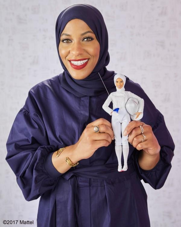 美泰公司表示,這款芭比娃娃屬於「女英雄」系列,身穿白色劍擊套裝並戴著頭巾,將於明年秋季於網路販售。(圖取自推特)