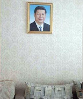 新疆政府曾在19大召開前,要求少數民族家庭從10月1日起全面掛上習近平頭像。(擷取《自自由亞洲電台》)