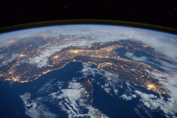 1.5萬位科學家聯合警告,人類若再不悔改,將招來第六次大滅絕。(圖取自NASA)