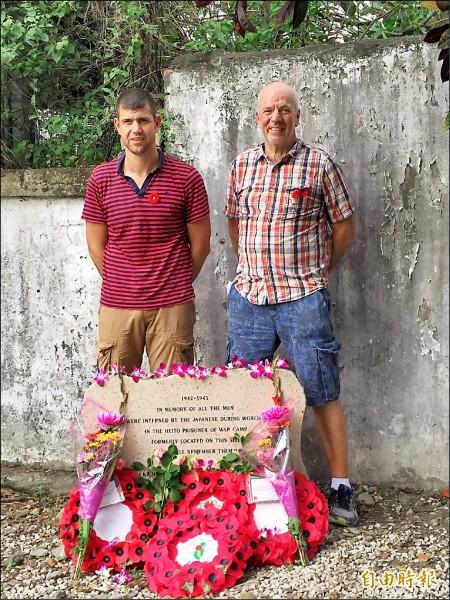 來自英國的Louis Follon(右)昨日特地到隘寮營區獻花,看看父親Alfred J. Follon年輕時遭俘3年的地方。(記者羅欣貞攝)