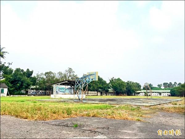 目前閒置中的隘寮營區,日治時期曾是東南亞最大的俘虜營之一。(記者羅欣貞攝)