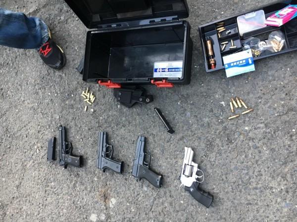 屏東刑警大隊在陳嫌住處起出改造巴西金牛座手槍成品1支、半成品3支、子彈成品6顆、槍枝零組件1批及電鑽、鑽頭、固定鉗等改槍工具等證物。(記者李立法翻攝)