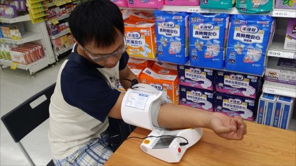 美國更新血壓防治指引,降低高血壓門檻為一三○/八○毫米汞柱(收縮壓一三○毫米汞柱、舒張壓八○毫米汞柱),台灣維持與歐洲、世界衛生組織(WHO)的標準,認定一四○/九○毫米汞柱以上為高血壓。圖為民眾量血壓畫面。(資料照)