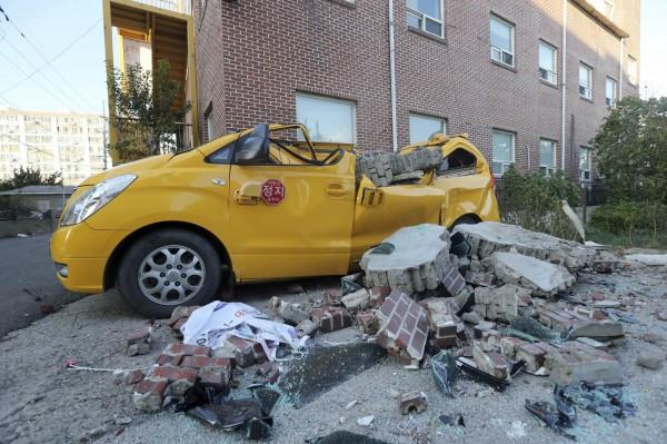 南韓今天下午發生規模5.5強震,掉落物及倒塌電線桿壓毀許多車輛。(美聯社)