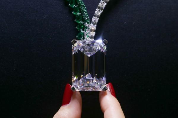 163.41克拉的無瑕巨鑽被稱為「拍賣史上最大鑽」,最終以3350萬瑞士法郎(約10億新台幣)落槌。(法新社)