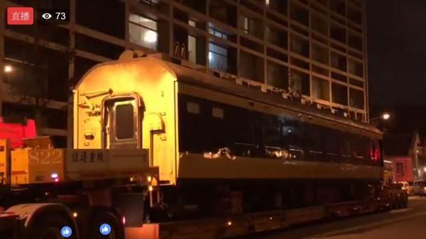 日本JR東日本旅客鐵道公司日前宣布,將捐贈世界最早臥鋪電車583系2節車廂給正在籌備中的台北機廠鐵道博物館,今凌晨車廂運抵台北機廠。(圖擷自《台灣鐵道路透社》臉書)