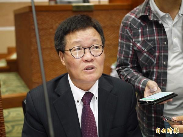 宜蘭縣代理縣長陳金德今天在議會施政報告中,要求環保局檢討空污許可證展延期限。(記者簡惠茹攝)