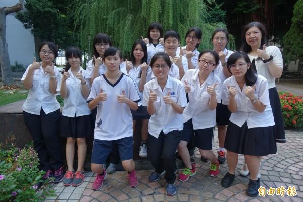 彰化女中在全國數學建模競賽拿下佳績,指導老師王文惠(後排右一)「錦囊妙計」發揮功效。(記者劉曉欣攝)