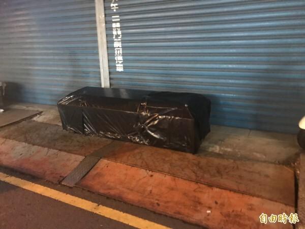 宜蘭市東門夜市一家已歇業的皮鞋店疑因債務糾紛,門口遭一名男子放了副棺材,但檢方認為,擺放棺材的王男不構成恐嚇罪。(資料照,記者林敬倫攝)