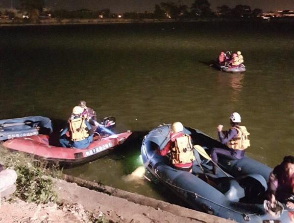 消防局出動消防、義消等47名,橡皮艇4艘以及潛入水下進行搜救。(記者李容萍翻攝)