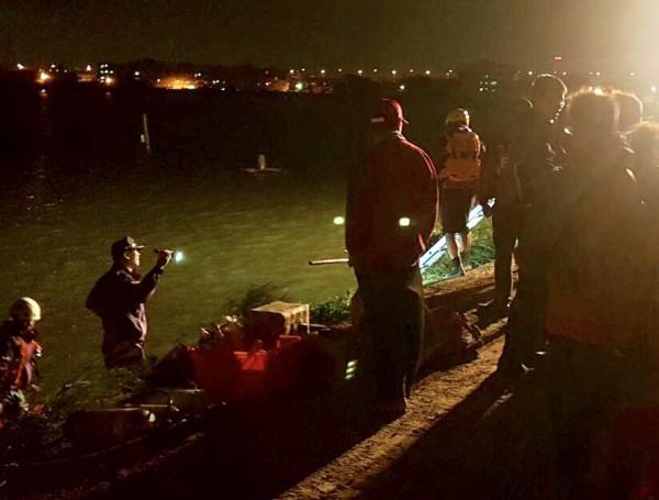 隨著天色漸昏暗,現場也架設照明設備,由搜救人員分組分區持續於水面上及水下搜尋。(記者李容萍翻攝)