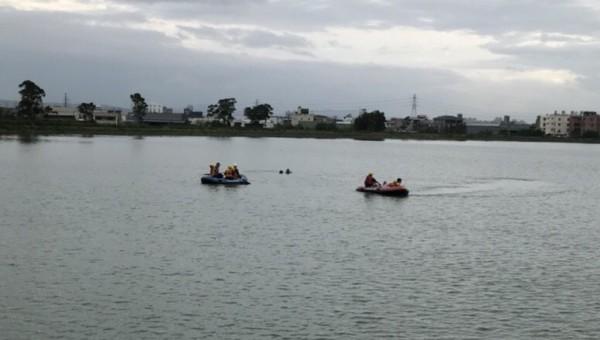 桃園市消防局第二大隊消防隊員獲報到達現場,立即使用橡皮艇下水搜救,並派員著潛水裝備下水搜尋,但魚池幅員遼闊,且池底泥濘。(記者李容萍翻攝)