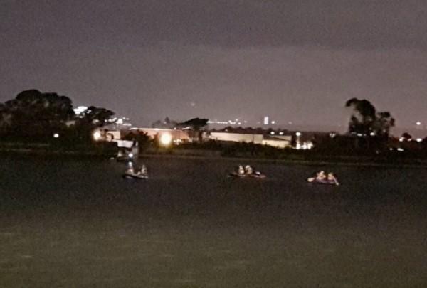 桃園市消防局獲報邱男餵魚掉落魚池,立即出動橡皮艇進行搜救。(記者李容萍翻攝)