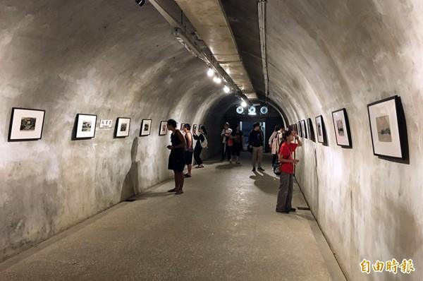 西子灣防空隧道本週六日舉辦歷史影像展及西灣學堂裝置藝術,90年秘境變身時光隧道。(記者葛祐豪攝)