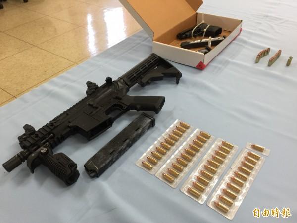 警方起出的美製英特拉泰克KG99衝鋒槍、彈(左),和土耳其製ZORAKI914衝鋒手槍及子彈,由於是制式槍枝,每把售價大約40萬元起跳。(記者陳恩惠攝)