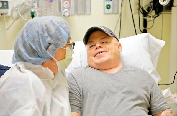 患有罕病「韓特氏症」的美國男子馬德,六日在女友陪伴下於加州貝尼奧夫兒童醫院,等候接受基因編輯治療。(美聯社)