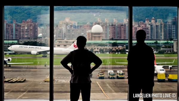 位在松山機場3樓的觀景台,大面的玻璃讓民眾可以近距離觀看地勤人員在機坪辛苦工作的實況,也可飽覽飛機起降的風光。(LANCELIEN PHOTO LOVE提供)