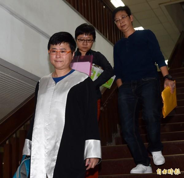 星座專家薇薇安(本名陳佳瑛)案16日開庭,生前經紀人Nemo(右)由律師許秀雯(左)等陪同出庭。(記者簡榮豐攝)